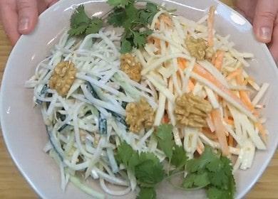 Вкусный и полезный салат из корня сельдерея: готовим два варианта блюда с пошаговыми фото.