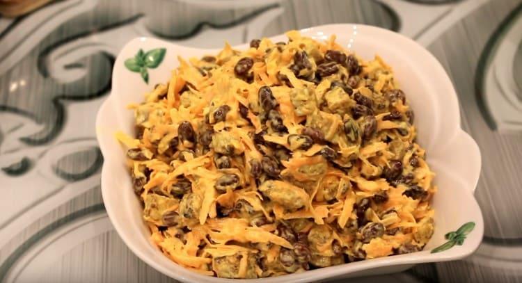 Такой салат с кириешками и фасолью получается вкусным и к тому же сытным.