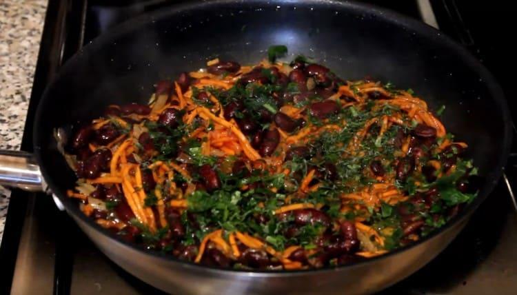 Приправляем блюдо специями, добавляем мелко нарубленную зелень.