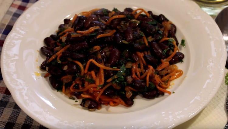 Как видитре, салат с красной консервированной фасолью получается по этому рецепту вкусным, но в то же время простым.