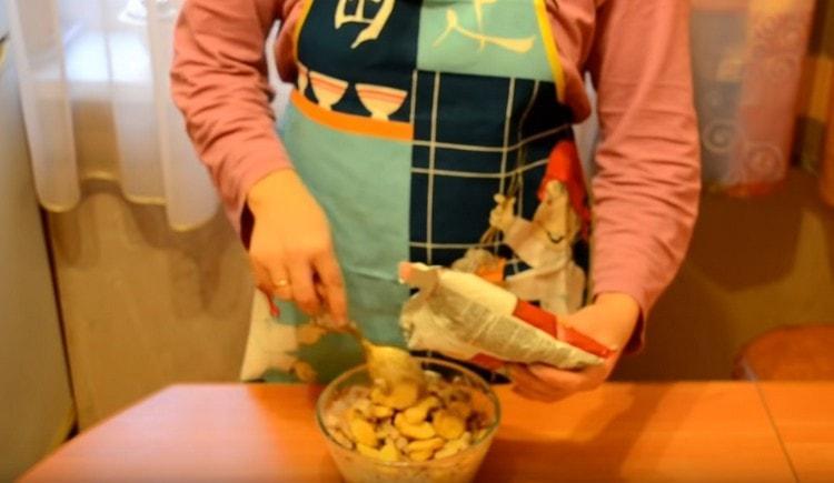 Перемешиваем ингредиенты и добавляем сухарики.