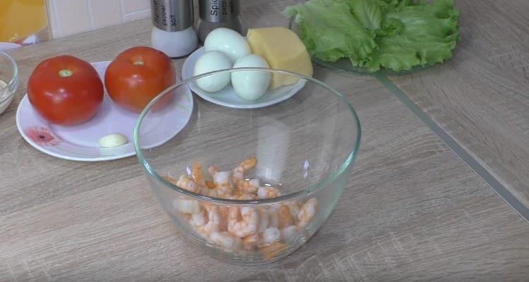 Креветки выкладываем во вместительную миску.