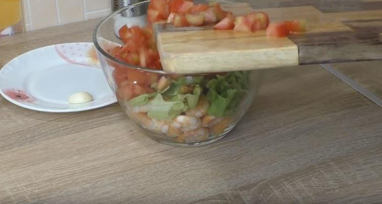 Режем кубиком помидоры и выкладываем к остальным продуктам в миске.