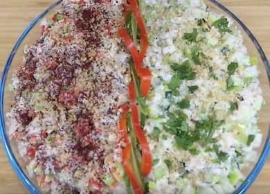 Салат с курицей и сельдереем — красивая и легкая закуска с орехами и специями 🥗