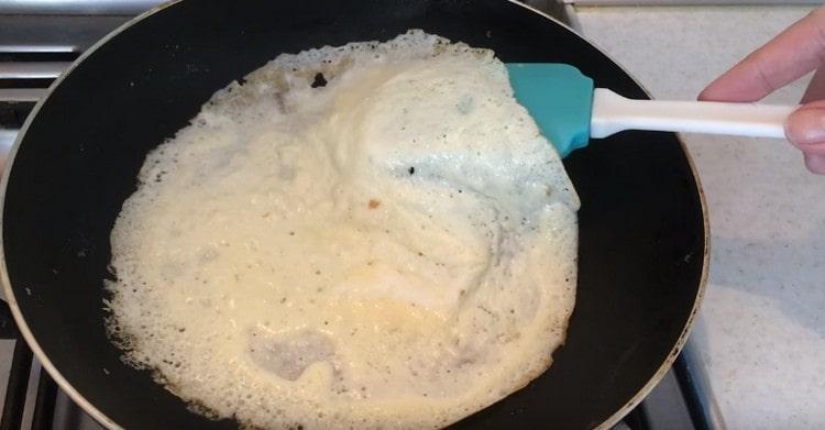 Готовим на сковороде тоненькие омлетные блинчики.