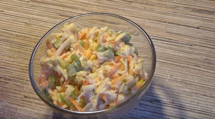 Заправляем салат с сельдереем чесночной заправкой, перемешиваем, и блюдо готово.