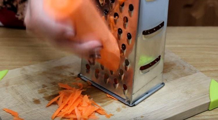 Морковь трем на крупной терке.