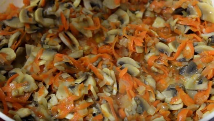 Добавляем к овощам грибы.