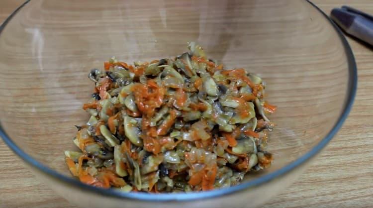 Остывшие овощи с грибами перекладываем во вместительный салатник.