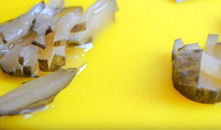 такой же соломкой нарезаем соленые огурцы.