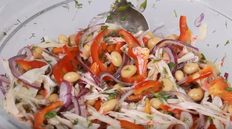 Ароматный салат с фасолью и крабовыми палочками готов.
