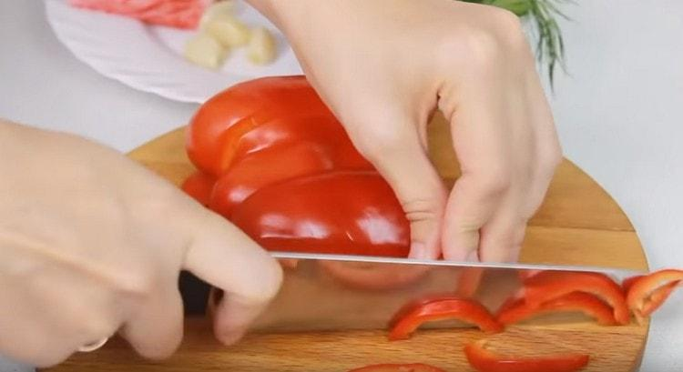 нарезаем тонкой соломкой болгарский перец.