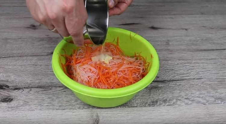 Заливаем салат горячим растительным маслом.