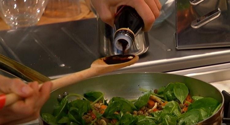 Заправляем салат бальзамическим уксусом.