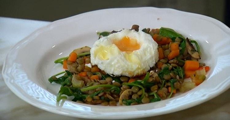 Салат с чечевицей выкладываем на блюдо для подачи и сверху украшаем яйцом.