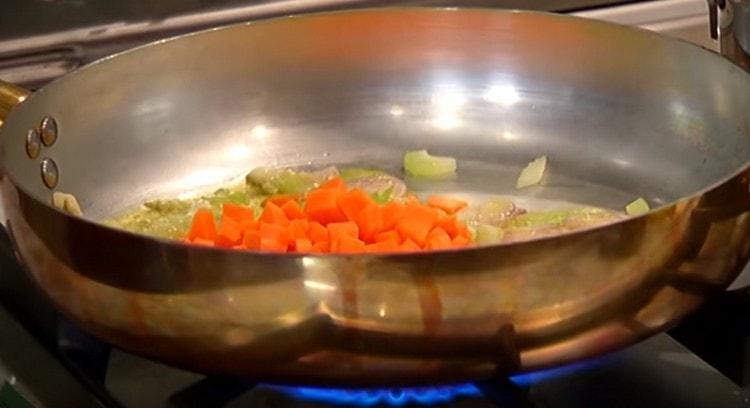 Через несколько минут добавляем на сковороду морковку.