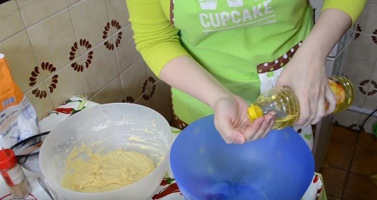 Миску и руки смазываем растительным маслом.