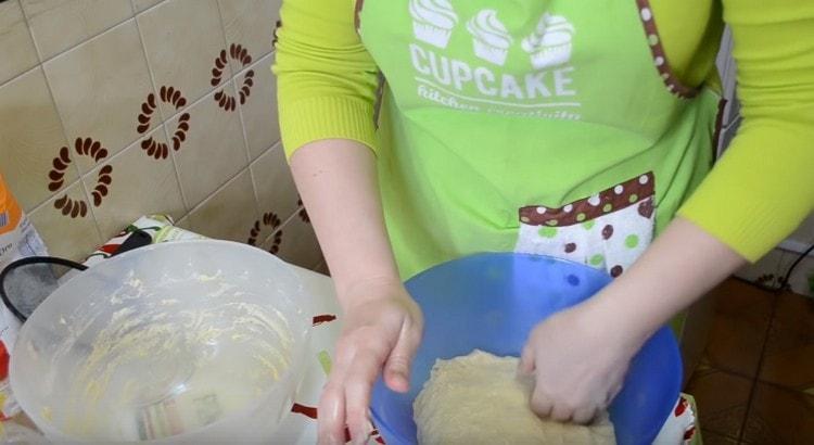 Перекладываем вымешенное тесто в миску.
