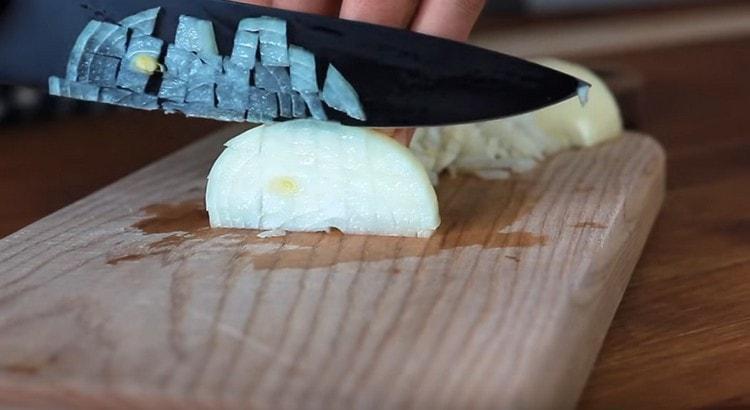 Измельчаем ножом лук.