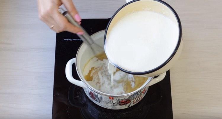 Вводим в загустевшую массу молоко.