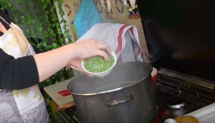 Выкладываем в суп зажарку и горошек.