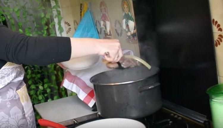 Готовим мясной бульон, затем достаем из него мясо.