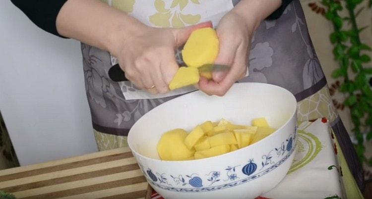 Нарезаем кусочками картофель и выкладываем в бульон.