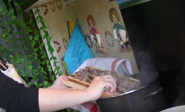 Мясо можно порезать на кусочки и вернуть обратно в суп.