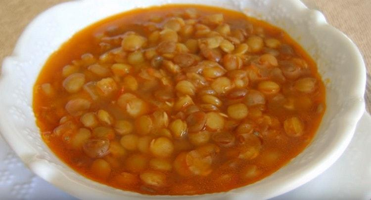 Суп из зеленой чечевицы получается легким, но одновременно питательным.