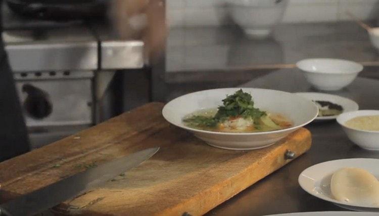 При подаче украшаем блюдо зеленью.
