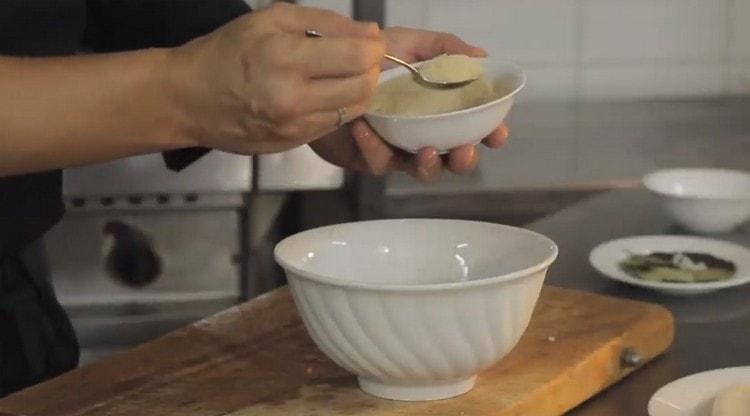 Все нарезанные овощи складываем в миску и добавляем к ним две ложки риса.