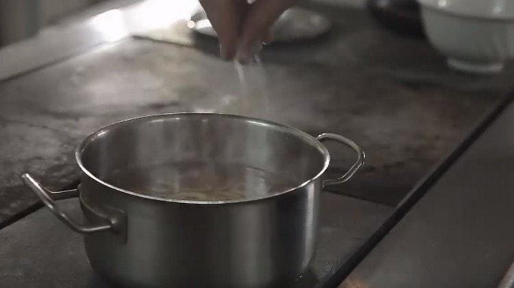 Добавляем по вкусу соль и варим суп 15 минут.