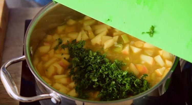 Добавляем зелень в суп.