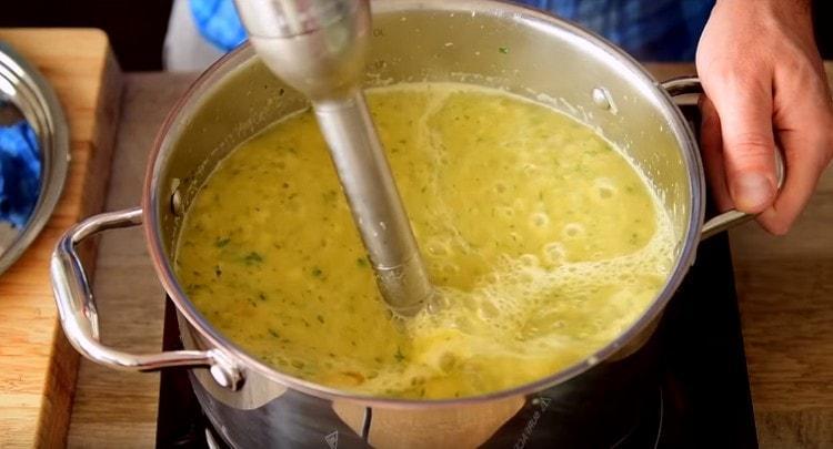 Почти готовый суп измельчаем блендером.
