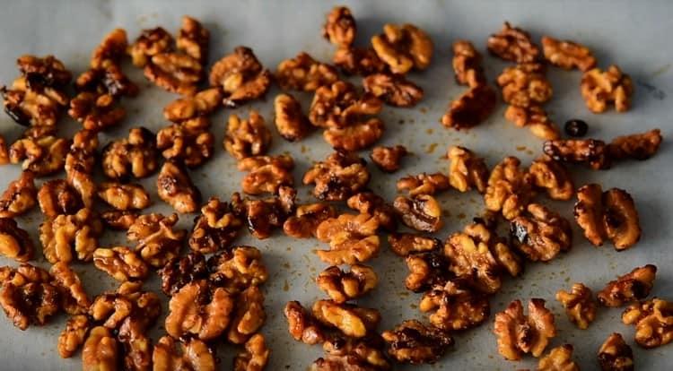 Раскладываем орехи на пергаменте, чтобы они подсохли.