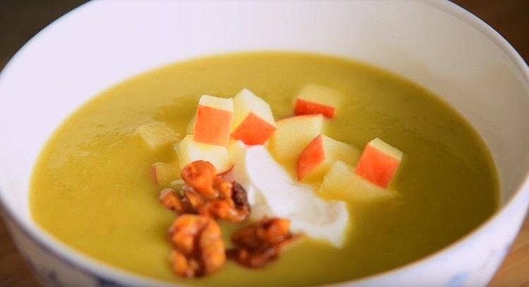 украшаем суп орехами и кусочками яблок.
