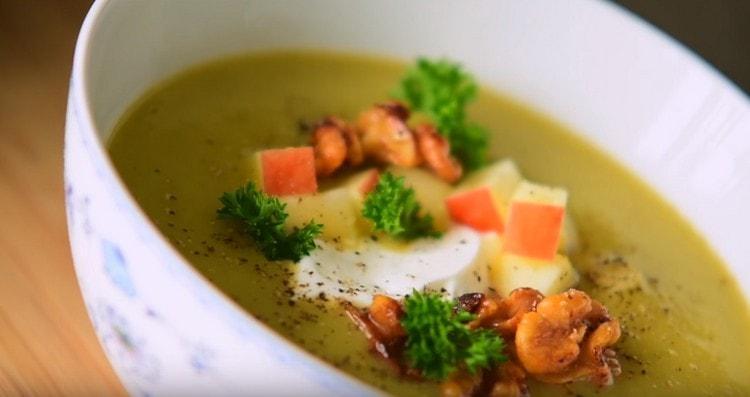 суп из сельдерея при подаче можно дополнительно украсить зеленью.