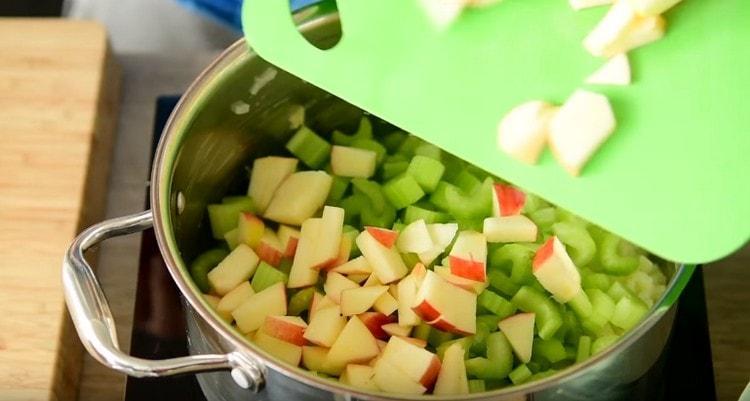 Добавляем в кастрюлю яблоки и сельдерей.
