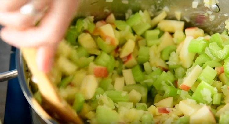 Пассеруем овощи минут 5.