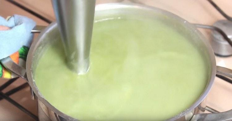 Готовое блюдо измельчаем при помощи погружного блендера.