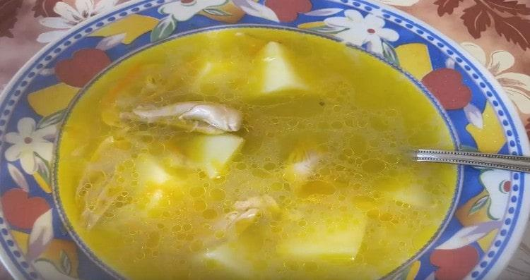 Ароматный куриный суп с перловкой готов.