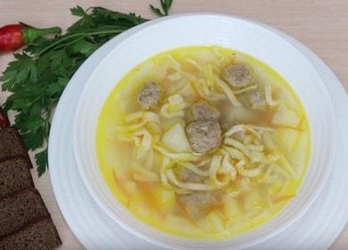 Суп с фрикадельками и домашней лапшой — пальчики оближешь 🍲
