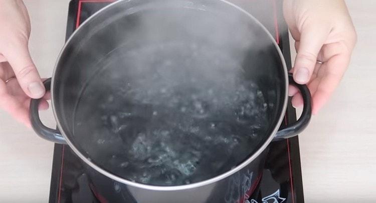 В кастрюле доводим до кипения воду.