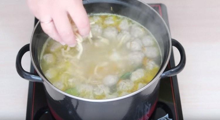 Почти в самом конце добавляем в суп лапшу.