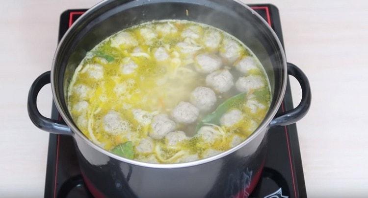 Варим суп еще минут 5.