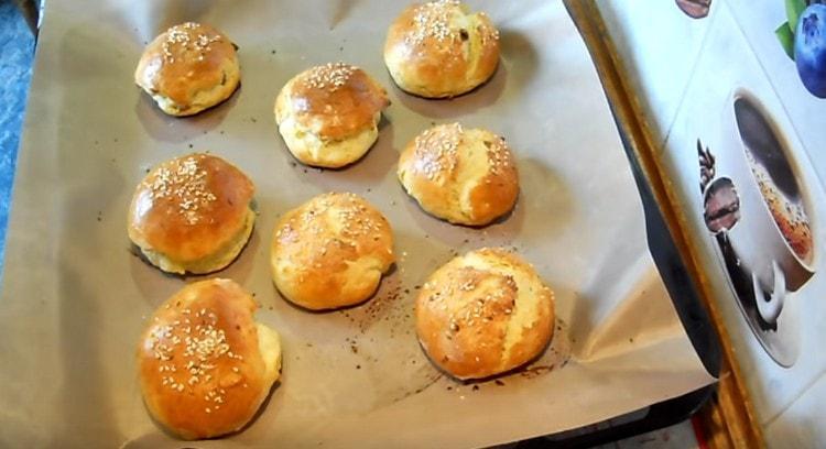 В духовке творожные булочки прекрасно поднялись.