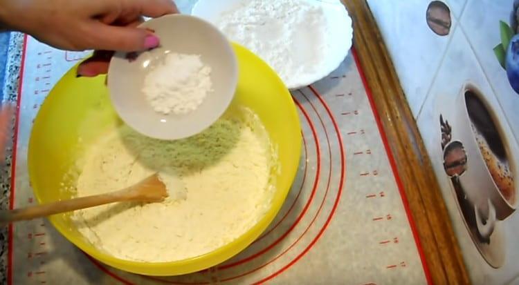 Вместо дрожжей добавляем в творожное тесто разрыхлитель.