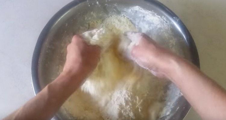 Руками перетираем масло с мукой в крошку.