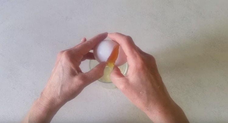 В стакан разбиваем одно яйцо.