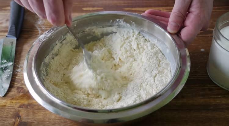 Добавляем щепотку соли и ложкой перемешиваем ингредиенты.